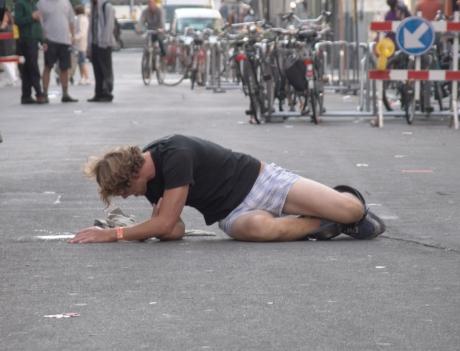 Wie bij dronkenschap makkelijk zijn zelfrespect verliest, draagt het best broeken die bestand zijn tegen de zwaartekracht.