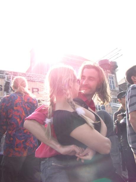 Nele en Nicolas plaatsen een wilde rock-'n-rolldans op de glibberige kasseien van de Vlasmarkt.