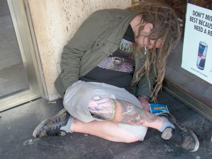 Deze vagebond is in slaap gesukkeld nog voor hij zijn sigaret kon aansteken. Wie is er zo goed om hem alsnog een vuurtje aan te bieden?
