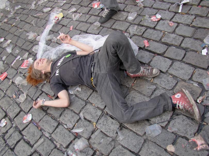 Als je 's ochtends ronddwaalt op de Vlasmarkt, is het altijd opletten dat je niet over achteloos weggesmeten afval struikelt.