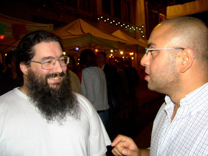 Pieter, een autochtone Vlaming, en Nima, een Gentenaar met Iraans bloed in de aderen, discussiëren over gezichtsbeharing. 'Ik ben jaloers op uw baard, Pieter. Als ik mezelf zo'n joekel laat staan gelijk gij, denkt iedereen subiet dat ik een moslimterrorist ben. Terwijl ik niet eens gelóóf.'