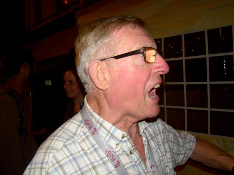 De Ouwe Volkszanger zingt een melodietje met verzen waar iedereen het raden naar heeft.
