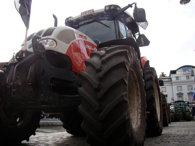De banden van een tractor vermorzelen de onderbenen van een politieagent.