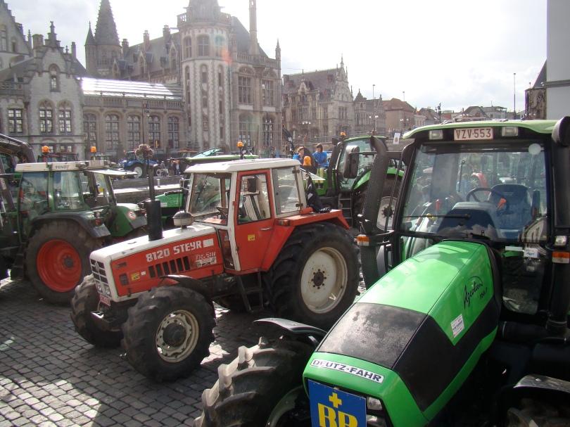 Boeren palmen met hun tractors de middeleeuwse haven van Gent in.