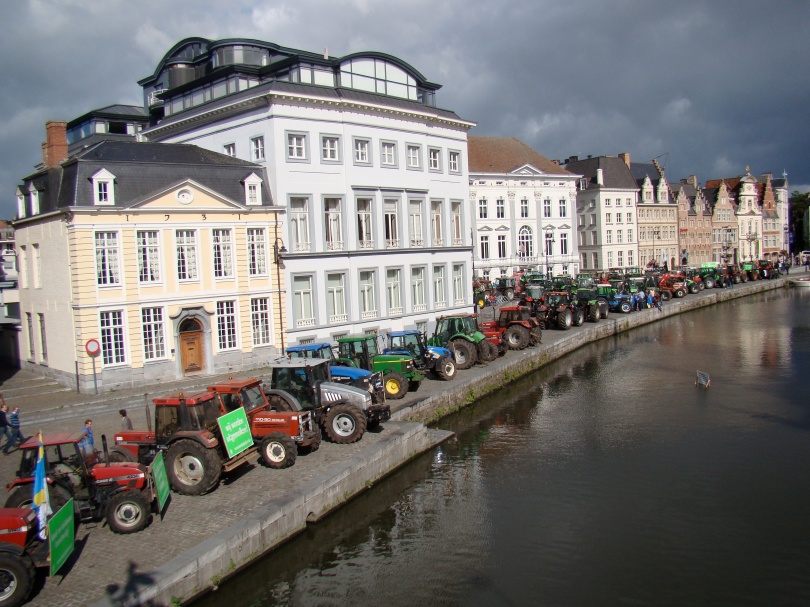 Bozen boeren rijden met hun tractors een combi van de flikken klem.