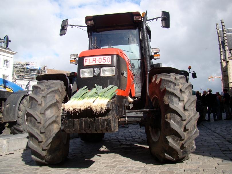 Agrariërs die kunnen lassen, hebben hun tractors omgebouwd tot gepantserde tanks waarmee ze inrijden op groepen shoppende consumenten.