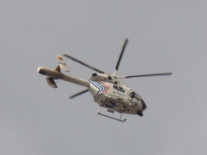 De politiehelikopter ontwijkt nipt het hefschroefvliegtuig waarmee het Marriott Hotel toeristen in veiligheid probeert te brengen.