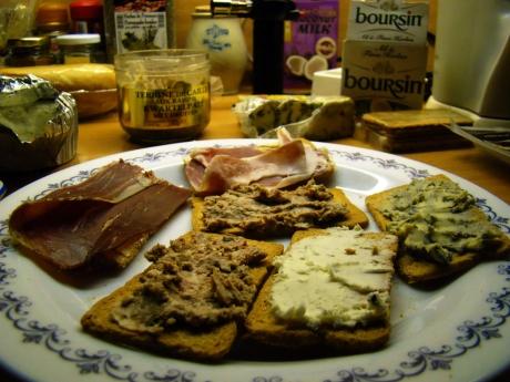 In een luxueus café zou men minstens 10 euro mogen afdokken voor de toastjes die ik gratuit verorberd heb in m'n eigen zetel.
