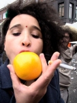 Nancy De Kegel beroert een appelsien met haar wellustige tong. De appelsien gaat er haast van blozen.