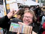 Vos poseert vrolijk bij de homoseksuele voering van zijn portefeuille.