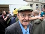 Een oud ventje trekt grote ogen als hij de bacchanale Vlasmarkt aanschouwt. 'Maar voor de rest is het hier wel plezant.'