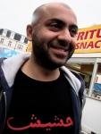 Het obscene koeterwaals op Nima's T-shirt is illegaal. Verantwoordelijke burgers met een neus voor Perzisch waarschuwen de politie dat er een man rondloopt die propaganda maakt voor hasjiesj.