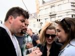 De langverwachte Tijl maakt zijn opwachting op de Vlasmarkt. Meteen mag hij één van zijn dierbare sigaretten afstaan aan twee flemende meisjes.