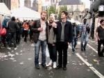 Een trio dronken onnozelaars staat te besannen op de Vlasmarkt.