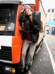 Een enthousiaste man probeert een vrachtwagen mee te sleuren in het aanslepende feestgedruis.