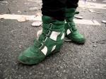 Groene botjes vrolijken de grijze Vlasmarkt op. Voor een eenvoudige volksjongen blijft vrouwelijk schoeisel altijd iets merkwaardig.