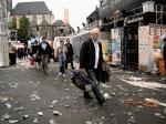 Onwereldse taferelen op de Vlasmarkt: toeristen banen zich een weg door het vuil.