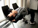 In de selfbankruimte van KBC haalt een evenwichtskunstenaar onwaarschijnlijke stoten uit met twee stoeltjes.