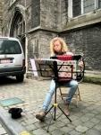 Een uitgeslapen jongedame speelt het oeuvre van Yann Tiersen op haar trekzak. Ons laatste geld gaat naar haar.