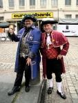 Twee mannen in authentiek Gents tenue sluiten de eerste nacht van de Feesten officieel af. Slaapwel altegader.