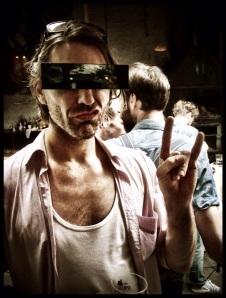'Ik loop niet te koop met mijn karakterkop. Daarom draag ik een censuurbril', meldt Philip.