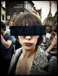Op de Vlasmarkt bieden censuurbrillen bescherming tegen zonlicht en persfotografen.
