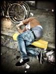 Op het trottoir slapen is niet schaamtelijk zolang je broek niet afzakt.