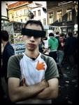 Met zijn censuurbril kan Siebe van het Sfeerbeheer zich undercover over de Vlasmarkt begeven.