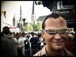 Een man brengt zichzelf in vervoering met een zelfgemaakte led-bril.