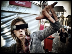 Met een censuurbril op de neus laten sommigen zich verleiden tot gewaagde poses.