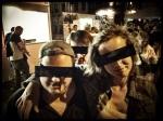 Karel, Sandra en Boris (m.) hoeven zich dankzij de censuurbril niet te schamen voor hun morsige aanwezigheid op de Vlasmarkt.