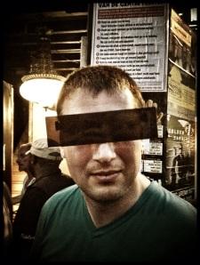 Een gecensureerd Kamerlid geniet incognito van de Vlasmarkt. Hier ontmoet hij het volk dat hij vertegenwoordigt.