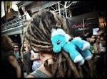 Door lieflijke ponybeestjes aan hun haar te knopen trachten dreadlockmensen maatschappelijk aanvaard te worden.