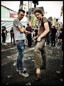 Adrien Cocquyt showt een bevallige enkel op de Vlasmarkt. Zijn voeten zijn relatief proper gebleven vannacht.