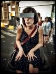 Opdat het Sfeerbeheer haar niet zou opmerken, draagt deze dame een censuurbril terwijl ze op een vuilnisbak zit.