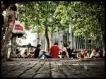 De afterparty van de Vlasmarkt vindt traditioneel plaats bij Sint-Jacobs. Onder de platanen wanen de jonge Gentenaars zich op een Frans pleintje.