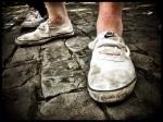 De Vlasmarkt is ongenadig voor witte turnpantoffels. Het Sfeerbeheer zou dergelijk schoeisel moeten verbieden.