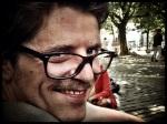 Ruben sluit de nacht af met een gelukzalige grijns. Sinds hij een snor draagt, voelt hij zich beter in zijn vel.