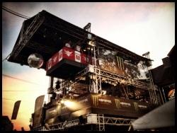 De dj-toren bij het ochtendgloren. Deze monstruositeit brengt de Vlasmarkt tot leven.