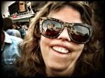 Een vrouw doet haar bovenlip onwerelds krullen. Ze is zo onherkenbaar dat ze geen censuurbril meer nodig heeft.