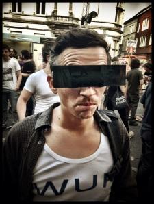 De taferelen op de Vlasmarkt blijven Tom Verbruggen verbazen. De censuurbril kan zijn verwondering niet verhullen.
