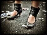 Robuust, maar sierlijk schoeisel helpt vrouwen om overeind te blijven op de Vlasmarkt.