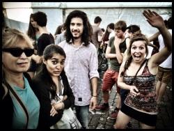 Toeristen besterven het van angst tussen al de enthousiaste feestvierders.