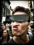 Als Yves een censuurbril draagt, voelt hij zich een anonieme superheld.