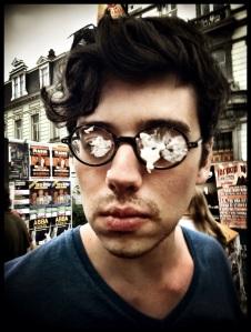 Sommige creatieve Feestengangers introduceren hun eigen versie van de censuurbril.