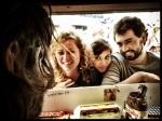 Bewonderend en devoot kijken enkele hongerige botramfretters naar smeerder met dienst Nicolas Marichal.
