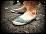 Dit schoeisel is werkelijk niet geschikt voor de Vlasmarkt en moet dringend verboden worden.