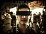 Een jongeman wil niet herkenbaar worden gezien in de nabijheid van het frietkot. De censuurbril brengt soelaas.