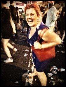 Lolly kan haar lol niet op nu het begint te regenen. Eindelijk plaats om voluit te dansen!