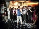 Tientallen feestvierders samengepropt in de tent van de Kinky Star. Nochtans is het nu het moment aangebroken om te dansen.